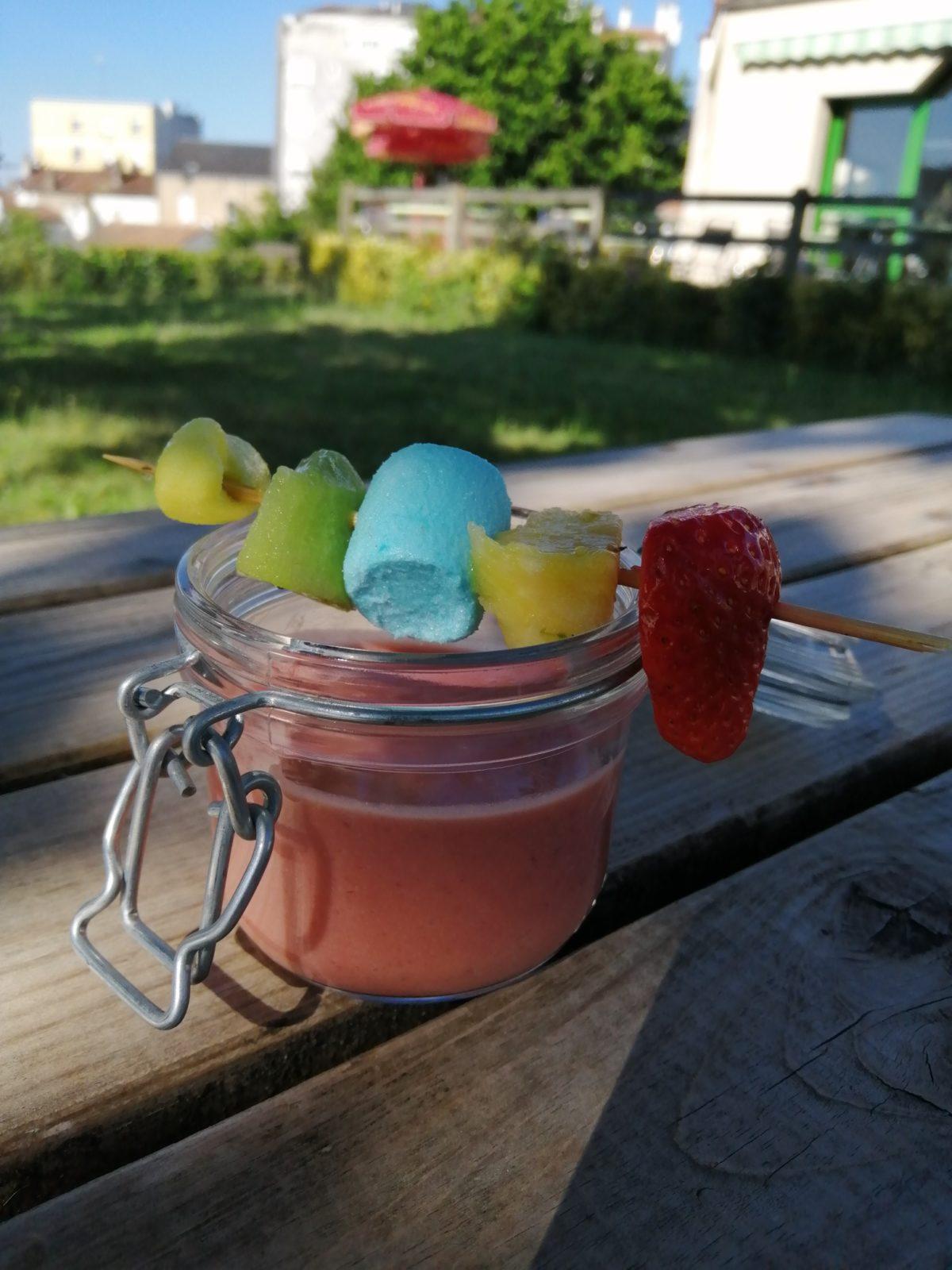 Smoothie aux fruits servi glacé sur votre terrasse en dessert du jour